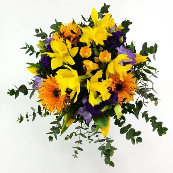Frühlingsstrauß in lila und gelb