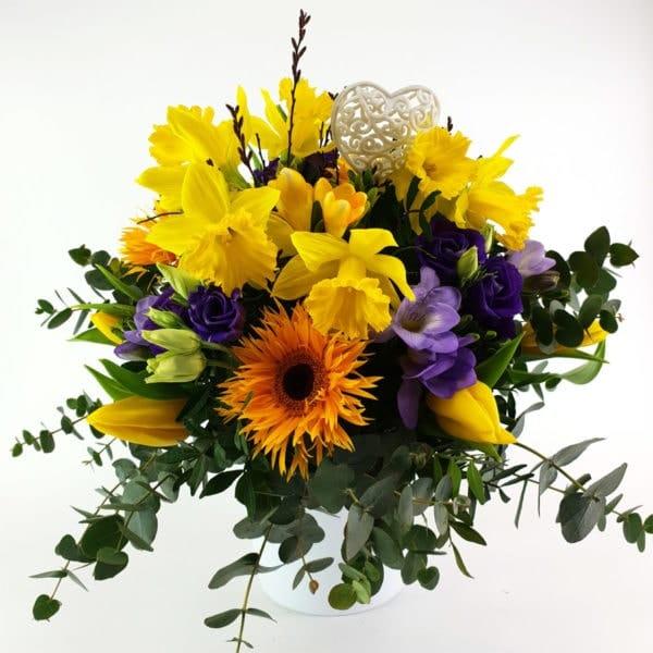 Frühlingsstrauß In lila und gelb mit Herz